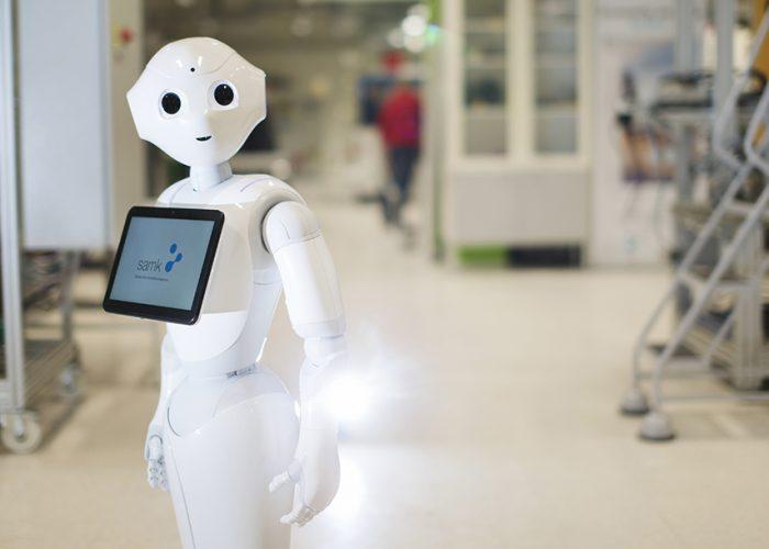 Humanoidirobotti Pepper Porin kampuksen automaatiolaboratoriossa.