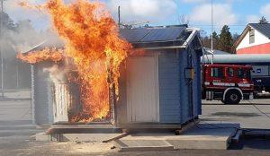 Talo palaa ilmiliekeissä / The house is in flames.