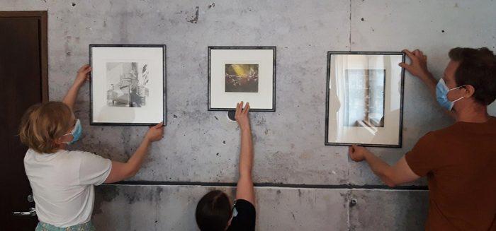 Taidetta sommitellaan taidehuoneeseen