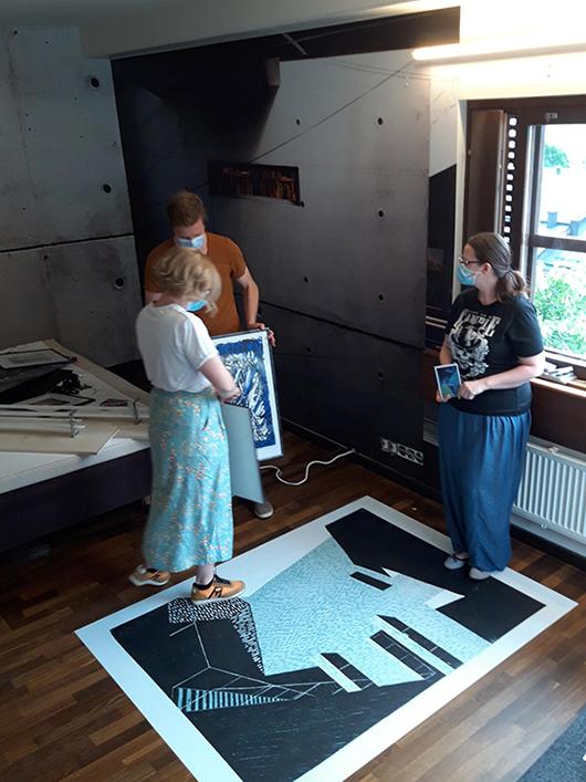 Opiskelijat viimeistelemässä taidehuonetta