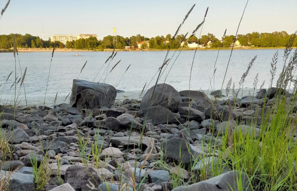 Kivikkoinen merenranta.