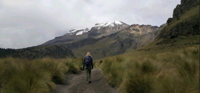 Milla Jauhiainen kävelee vuoristossa