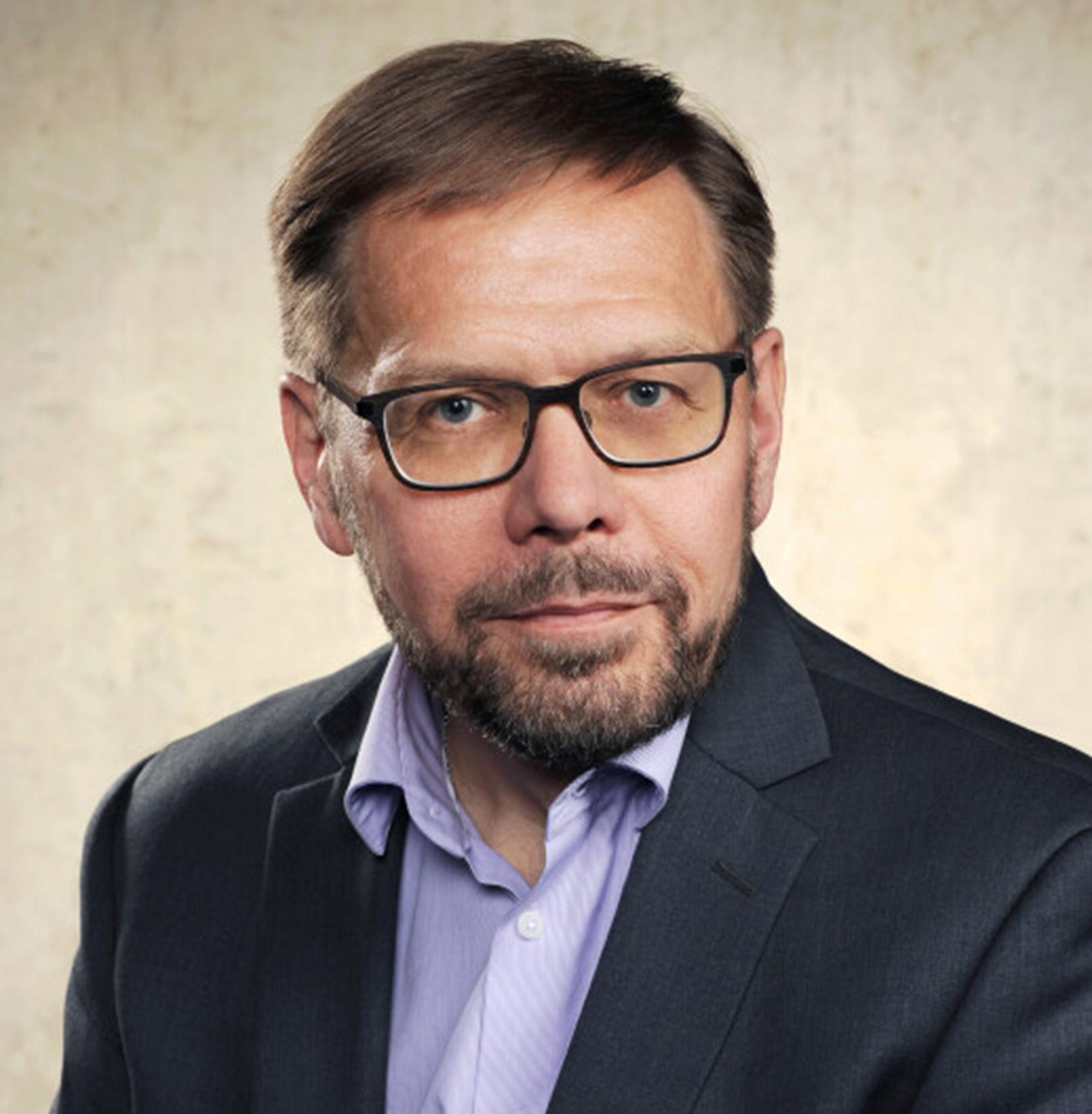 Lähikuvassa professori Antti Salminen.