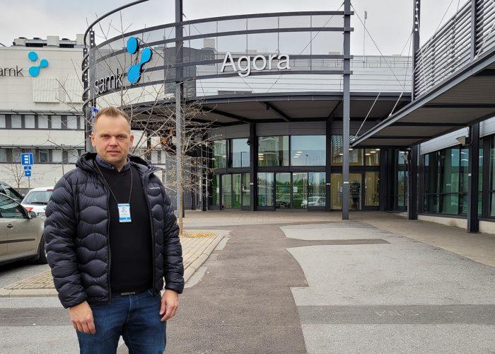 Tero Hämäläinen seisoo Porin kampuksen pihassa.