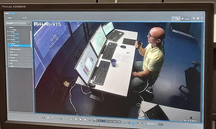 Tietokoneruudulla näkyy merekulun simulaattorissa istuva mies, joka puhuu walkie talkieen.