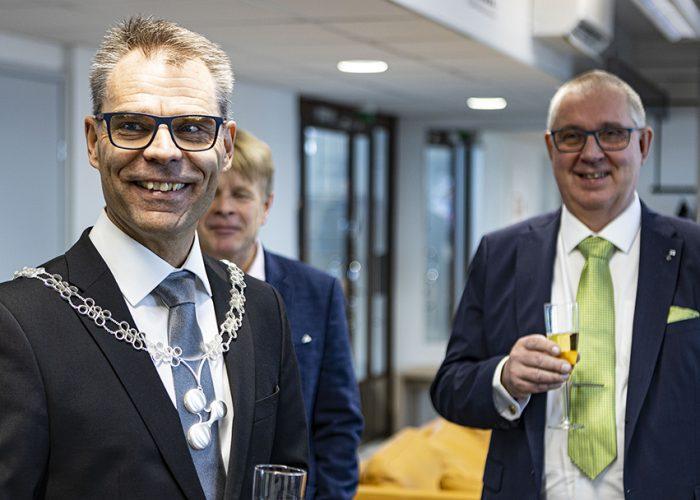 Rehtori Jari Multisilta hopeakäädyissä ja taustalla Satakunnan kauppakamarin puheenjohtaja Pekka Ekberg.