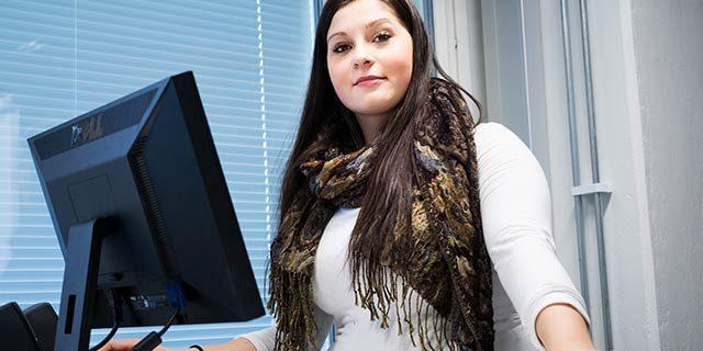 SAMK Rauman-kampuksen opiskelija työskentelemässä tietokoneella seisomatyöpisteellä. SAMK student working in Rauma campus.